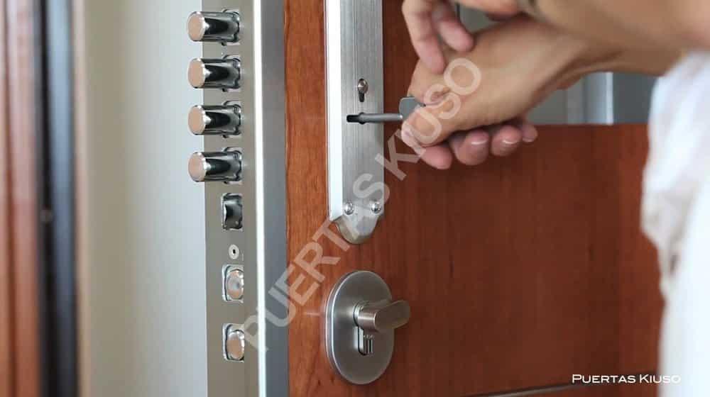 Puerta acorazada kiuso xxi seguridad y terminaci n superior for Precio de puertas para casa