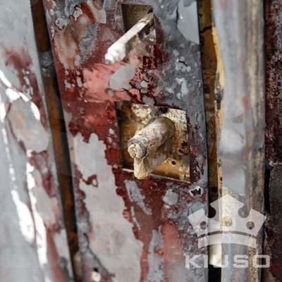 Durante el ensayo, los paneles de madera y embellecedores se han quemado pero la puerta ha permanecido bloqueada.